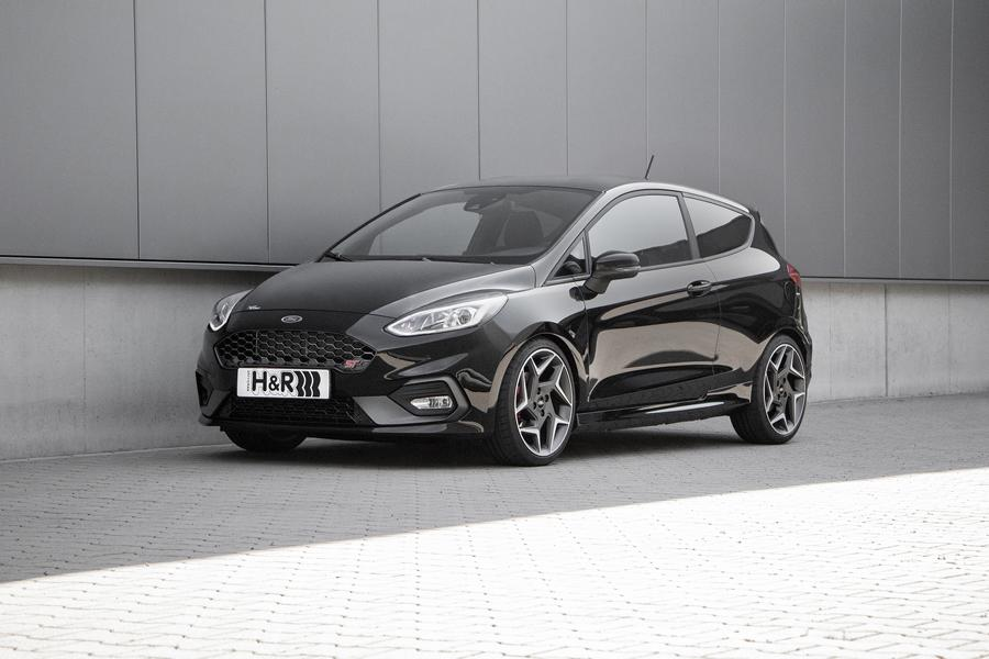 Once upgraded, the center of gravity of the Ford Fiesta GT moves 35 mm closer to the ground, resulting in an overall improvement of performance and steering