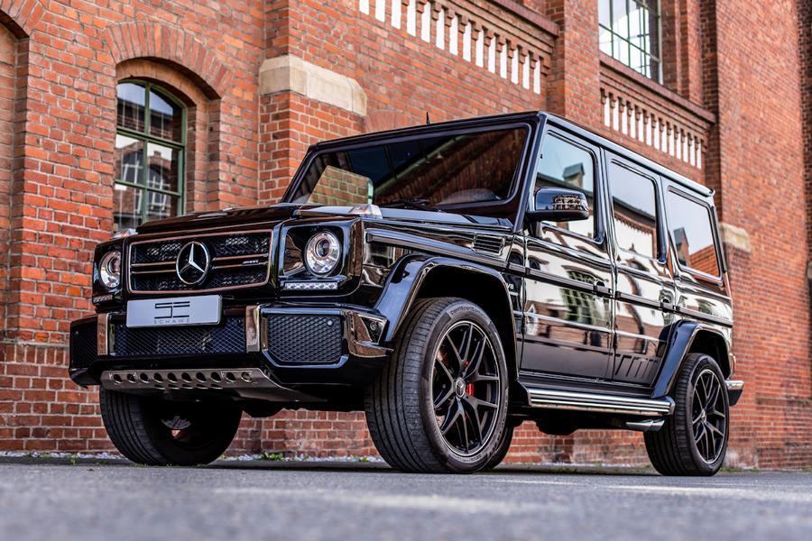 Для большинства из нас слово «Гелендваген» ассоциируется с моделью Mercedes-AMG G63, оснащаемой восьмицилиндровым мотором. Но в линейке производителя есть версия попроще – G350d