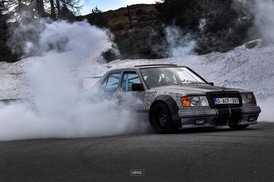 Der Besitzer dieses veralteten Mercedes 200E (W124) ließ sein Auto von Grund auf neu aufbauen – und das ist ja auch offensichtlich!