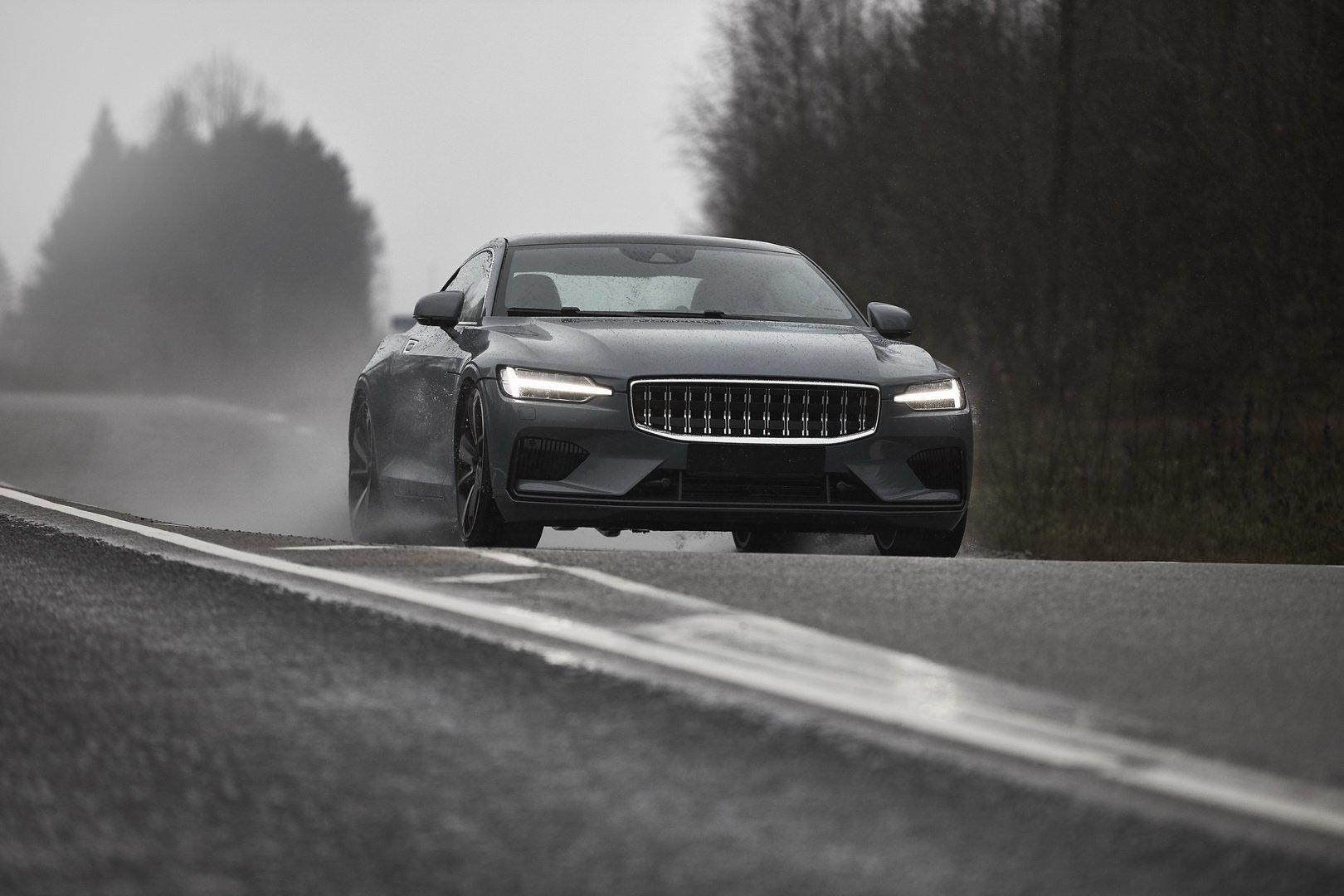 Компания Polestar опубликовала видео с тестами предсерийного прототипа гибридного купе с индексом 1