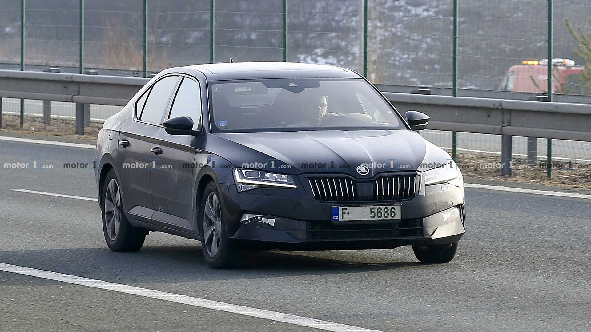 Photos showing the facelifted Skoda Superb liftback coursing along the streets without any kind of test mule camouflage on have recently emerged online