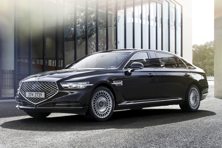 First off, you will have no trouble whatsoever telling the facelifted Genesis G90 L from its predecessor, since the two cars are completely different both in front and in the back