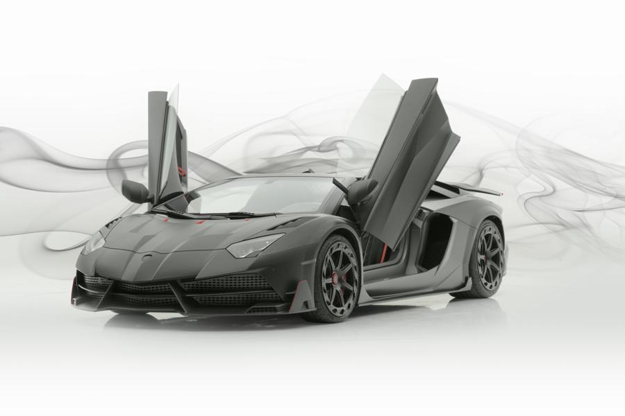 Некоторое время назад тюнинг-студия Mansory выпустила уникальное купе Lamborghini Aventador с полностью карбоновым кузовом. А сегодня команда показал нам родстер в аналогичном исполнении – Carbonado Evo