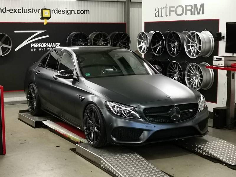 В прошлом году компания Mercedes обновила представительский седан C43 AMG, слегка изменив внешность и форсировав битурбированную V-образную «шестерку» до 390 л.с.