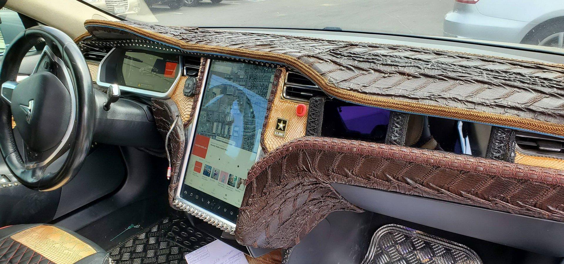 Перед вами Tesla Model S. Ее владелец захотел отделать каждый квадратный сантиметр салона крокодиловой кожей всех мастей
