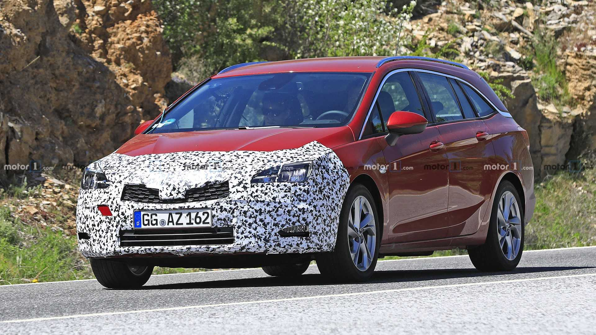 Based on the pics provided, the new Astra Wagon gets a major front fascia update