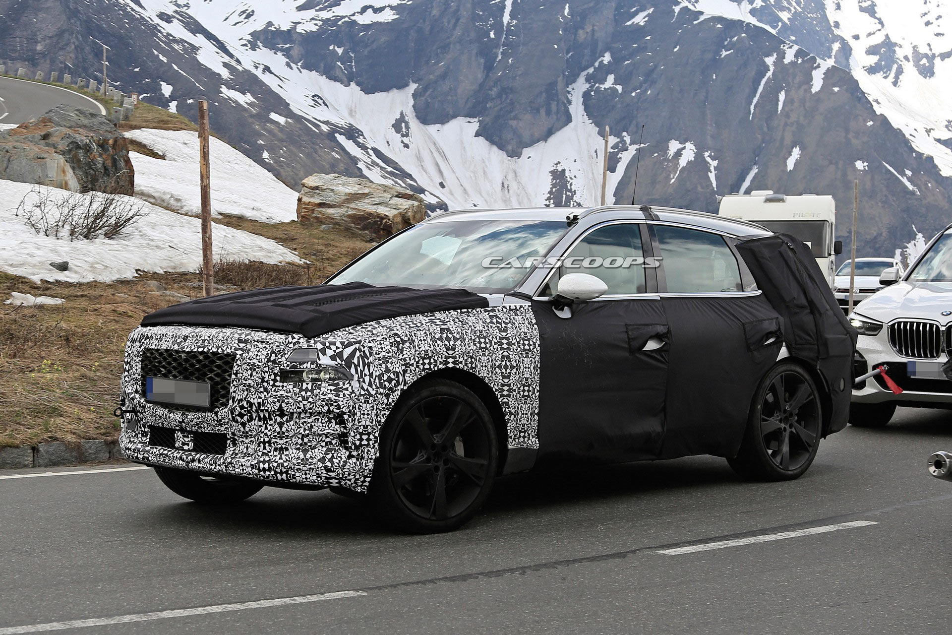 The production vehicle seems to have a rather bold front fascia design complete with tetragonal headlights, wide air intakes and a radiator grille with a honeycomb mesh pattern