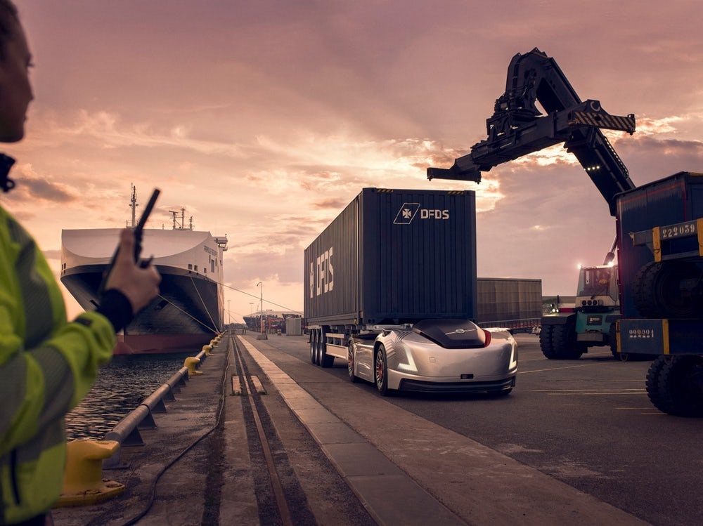 In this latest YouTube video, a new all-electric vehicle designed by Volvo Trucks hauls marine shipping containers in the seaport of Gothenburg, Sweden