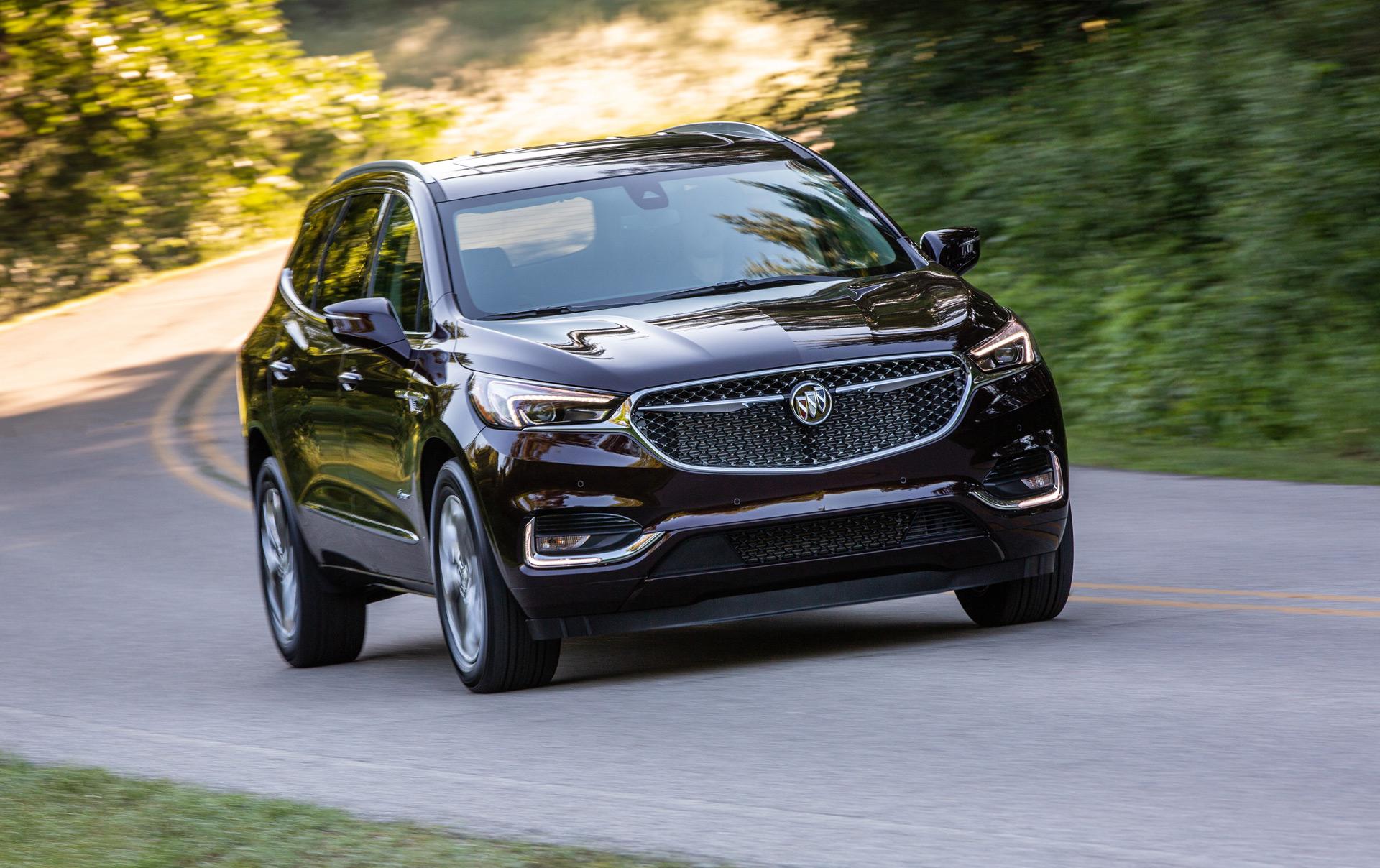 В американской гамме Buick кроссовер Enclave является самым крупным и дорогим. Полноприводник с семью посадочными местами актуального поколения дебютировал только два года назад, поэтому обновляться еще рано. Однако к новому модельному году автомобиль кое-где все-таки подновился.