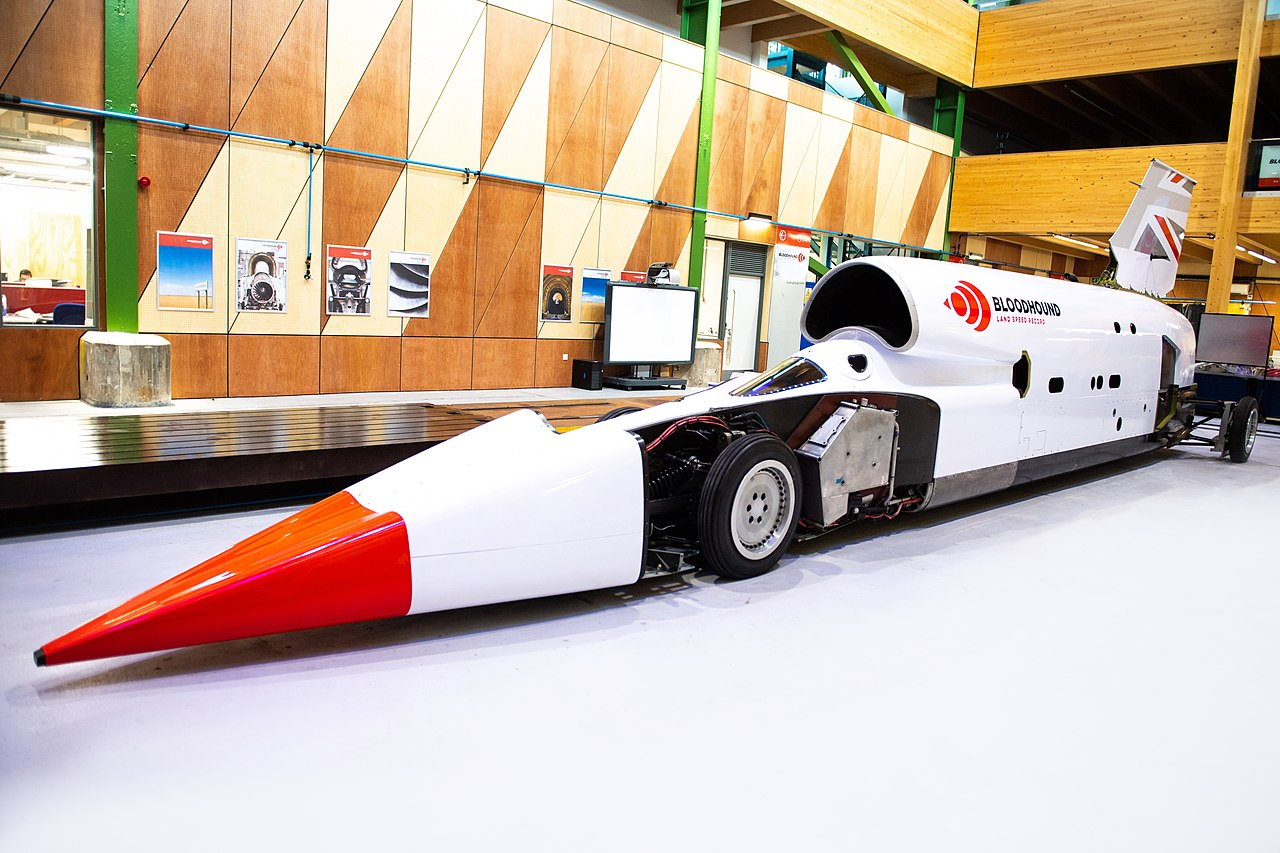 Компания Bloodhound вовсю готовится к рекордному заезду, во время которого их аппарат должен разогнаться быстрее 1200 км/ч. Сейчас инженеры готовятся к очередной серии тестов в ЮАР.