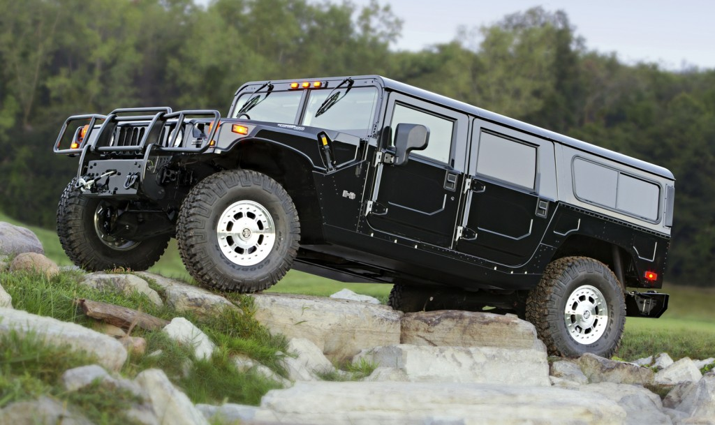 Someone finds a retired Hummer H1 and wants to find out just whether the quasi-military off-roader is really as rugged as the manufacturer claims. So they take it to a testing ground and… fire a tank round at it, what!?