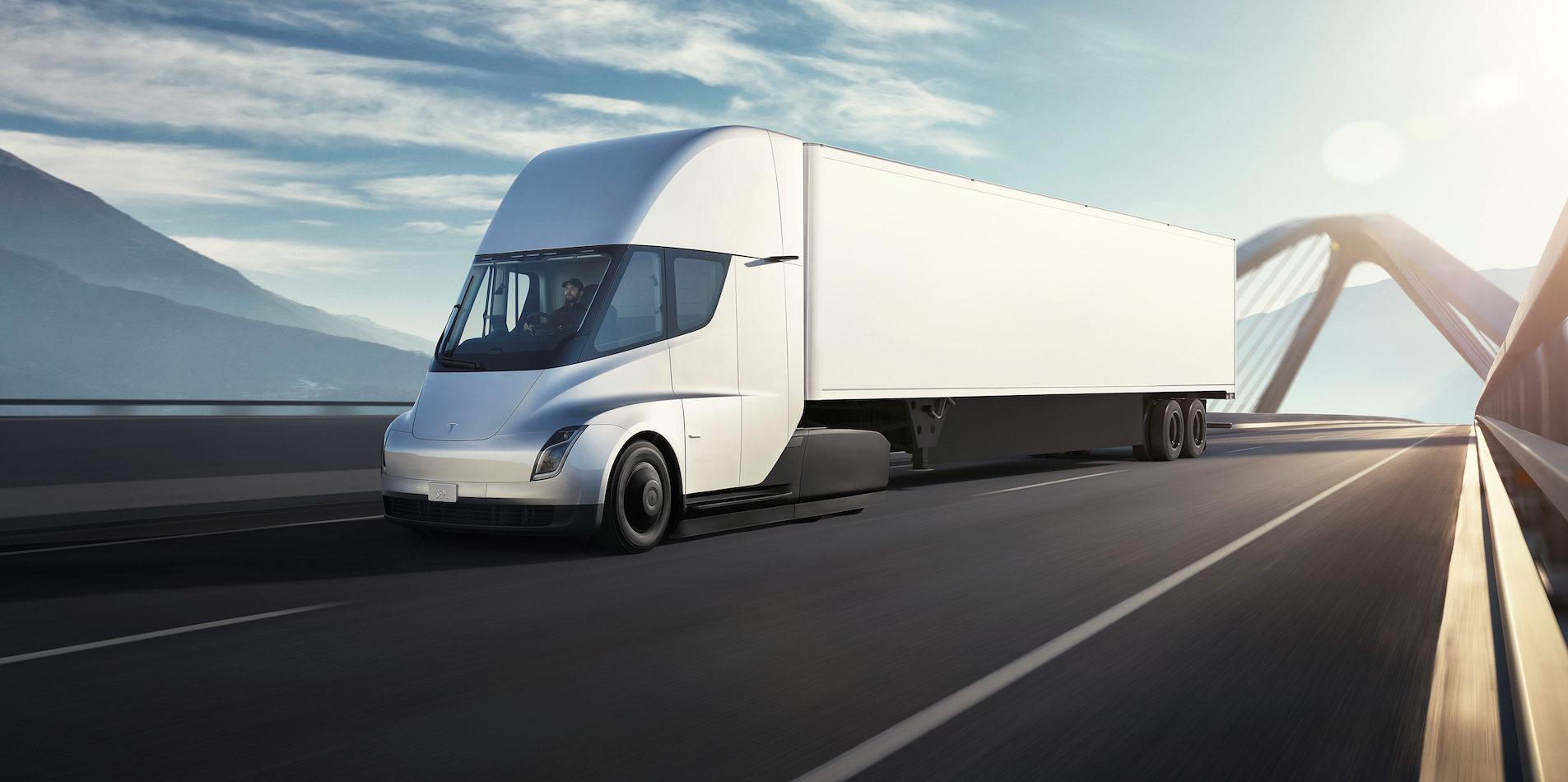 Некоторое время назад в сети появился видеоролик с прототипом экологически чистого грузовика Tesla Semi, и только сейчас пользователи заметили, что в кабине отсутствует водитель!