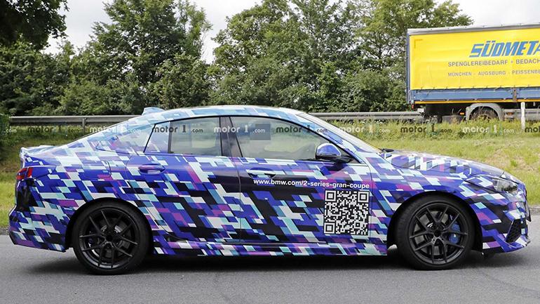 Автомобильным шпионам удалось заснять BMW 2-й серии Gran Coupe. Это не первые снимки прототипа, но сейчас, судя по всему, тестируется наиболее мощная версия – M235i.