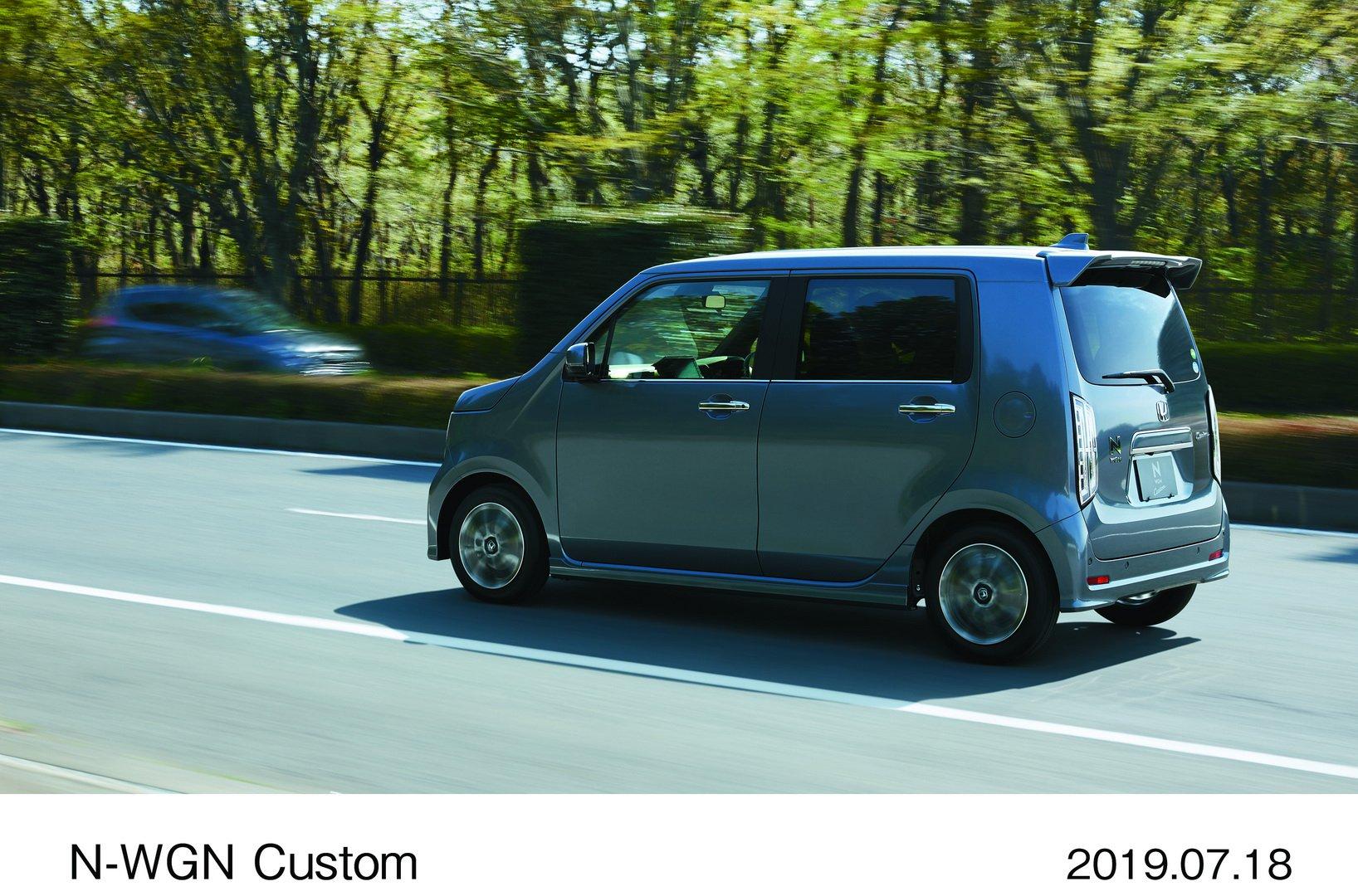 Недосягаемый бестселлер японского авторынка – Honda N-Box. Только за прошлый год продано 242 000 экземпляров. А вот родственный хэтчбек N-WGN такими цифрами похвастаться не может: в 2018-м было реализовано лишь 63 000 единиц. Чтобы поднять продажи, разработчик решил использовать секретный рецепт при разработке второго поколения, сработавший с N-Box, – стилизация под ретро.