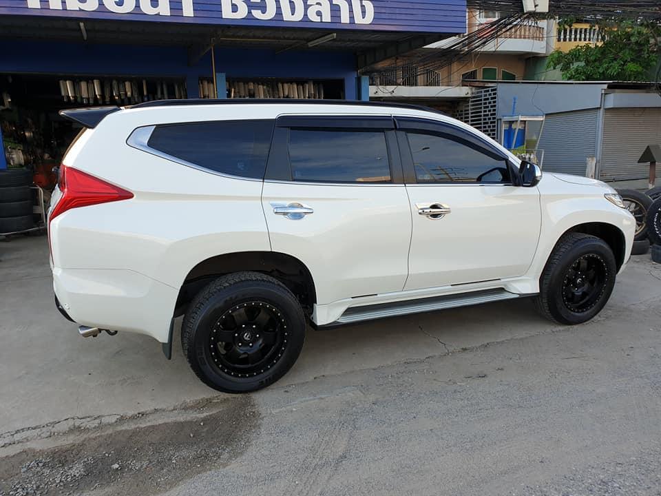 Официальная премьера обновленного Mitsubishi Pajero Sport состоится в Таиланде в следующий четверг, 25 июля. Сам производитель опубликовал лишь несколько тизеров, но сохранить интригу не получилось – на днях снимки внедорожника без камуфляжа утекли в сеть.