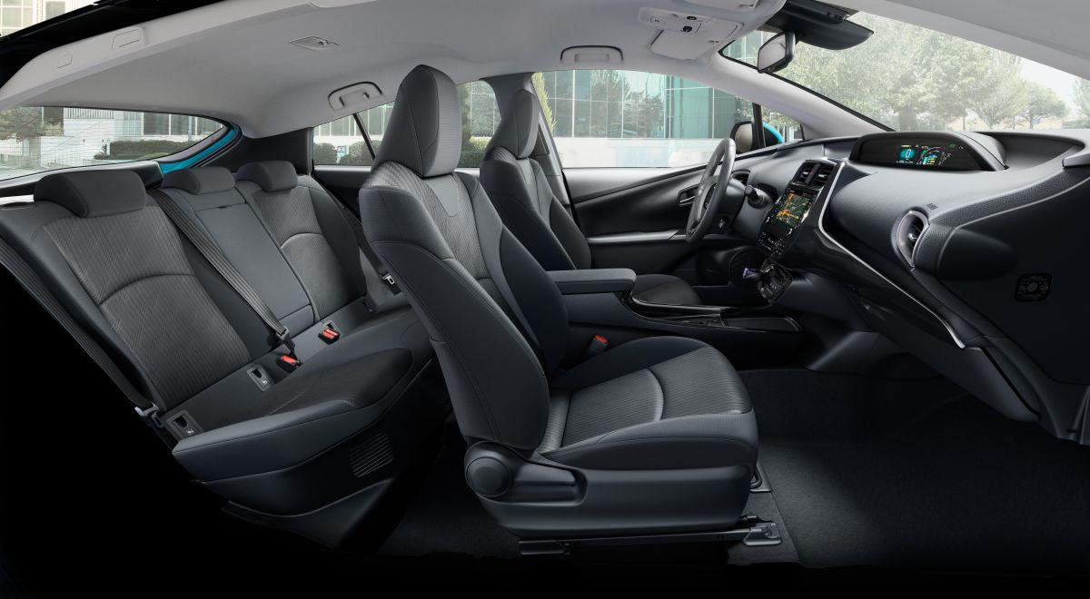 В Европе Toyota Prius Plug-in Hybrid до сегодняшнего дня предлагалась только с четырехместным салоном – в центре заднего дивана располагается неподвижный бокс с подстаканниками. Но теперь покупатели могут выбрать версию с обычным подлокотником, который можно задвинуть в спинку, освободив место для третьего пассажира.
