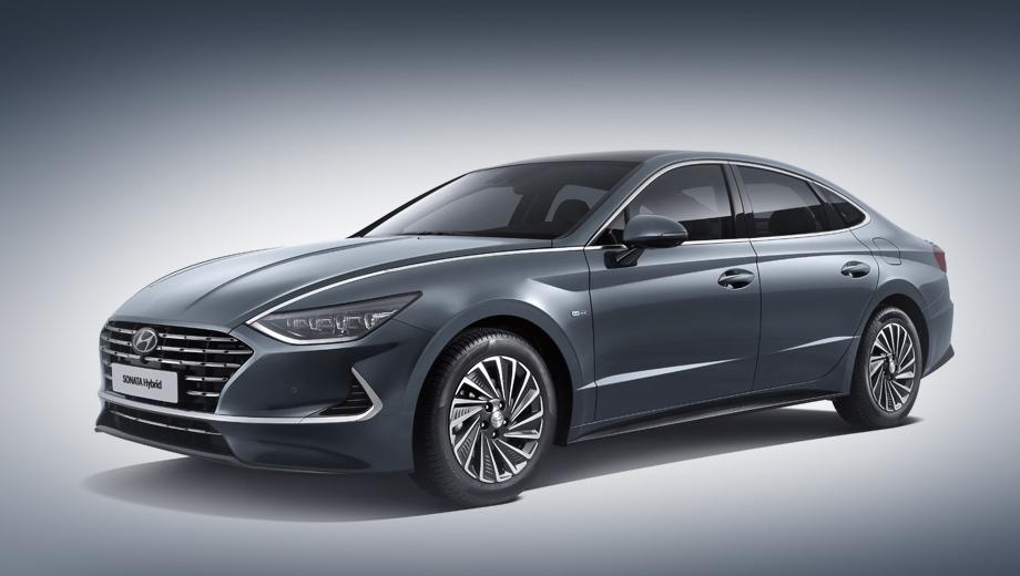 Прототип гибридной Sonata был показан еще весной, но лишь теперь прошла официальная презентация и стали известны характеристики. Внешние отличия от обычного седана минимальны: новые литые диски, решетка и спойлер.