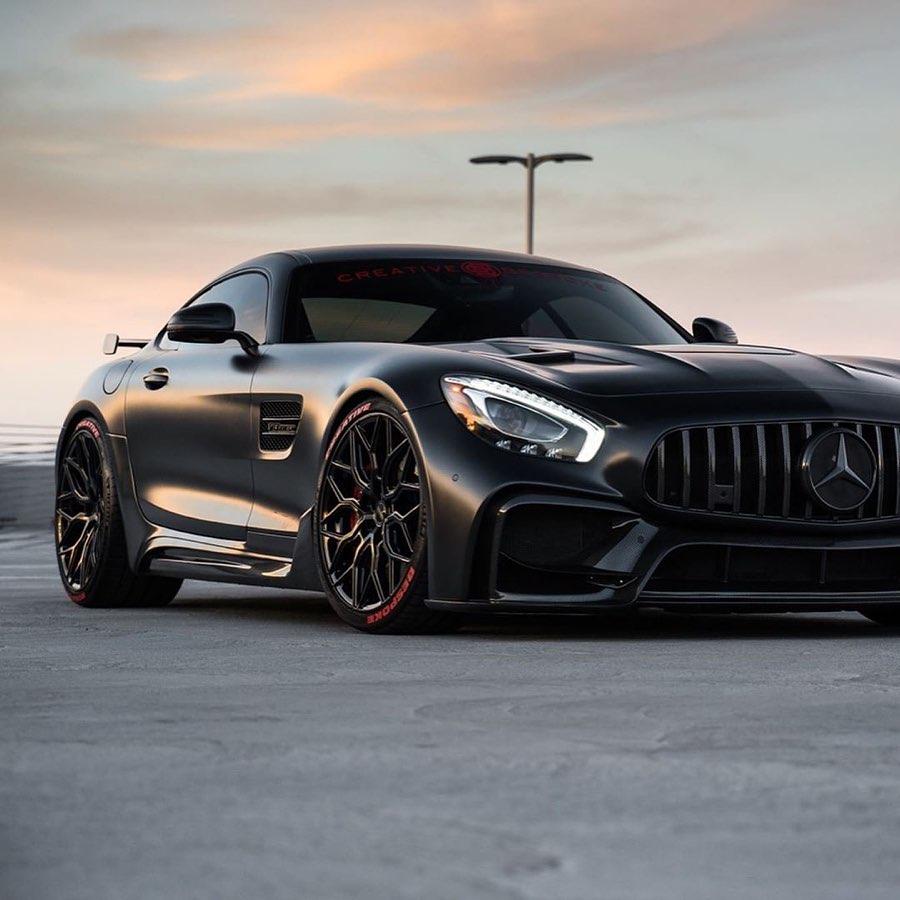 Хотя семейство Mercedes-AMG GT будет оставаться неполным до выхода флагмана под названием Black Series, у поклонников марки уже есть достойная альтернатива в лице GT R Pro. Эксклюзивная серия ограничена тиражом 750 экземпляров и форсирована до 577 сил – вряд ли у «черных» будет намного больше. Но что делать, если хочется всего и сразу?