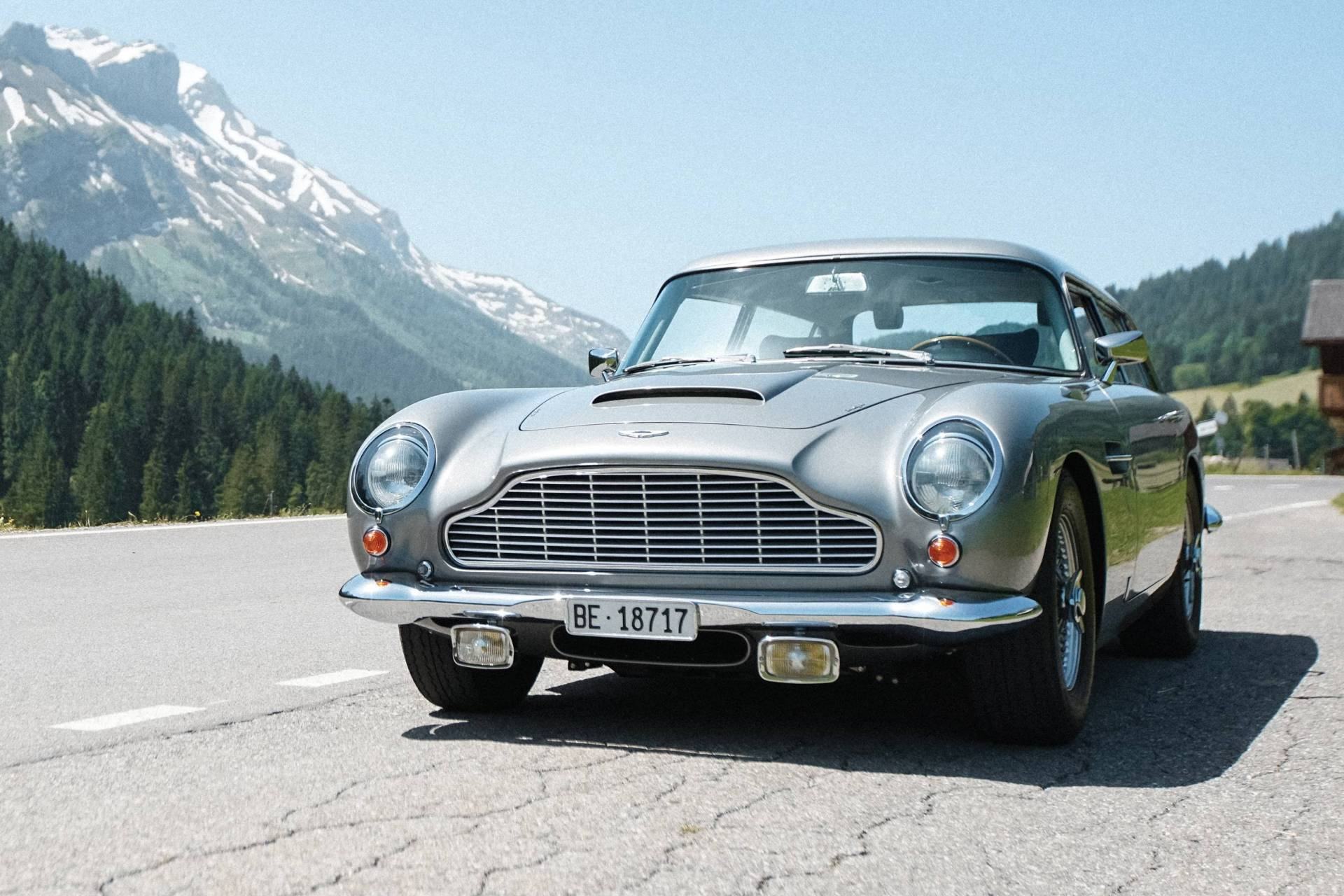 Despite its impressive engine power and renown as James Bond's ride of choice, the Aston Martin DB5 has never been too popular among the wide audience. The reason? Lack of inside space.