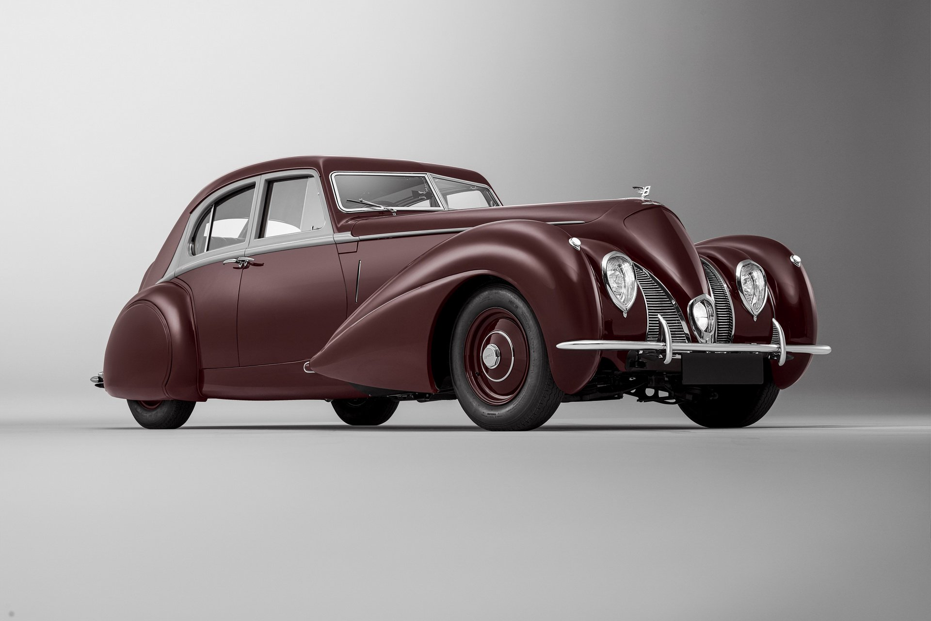 Mulliner, Bentley's in-house customization and tuning shop, has finished building a replica of the Corniche sedan/saloon destroyed during the World War II. The original car emerged in 1939 based on the Bentley Mark V chassis and a custom body by Carrosserie Vanvooren (Paris, France).
