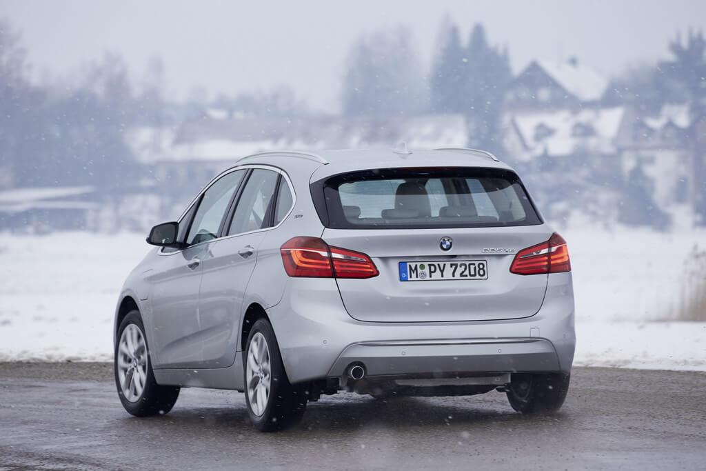 Обновленный гибридный BMW 225xe Active Tourer получил возросшую с 7,7 до 10,0 кВт•ч емкость тягового аккумулятора. Это позволяет проехать на чистом электричестве 55–57 км (ранее – 41 км).