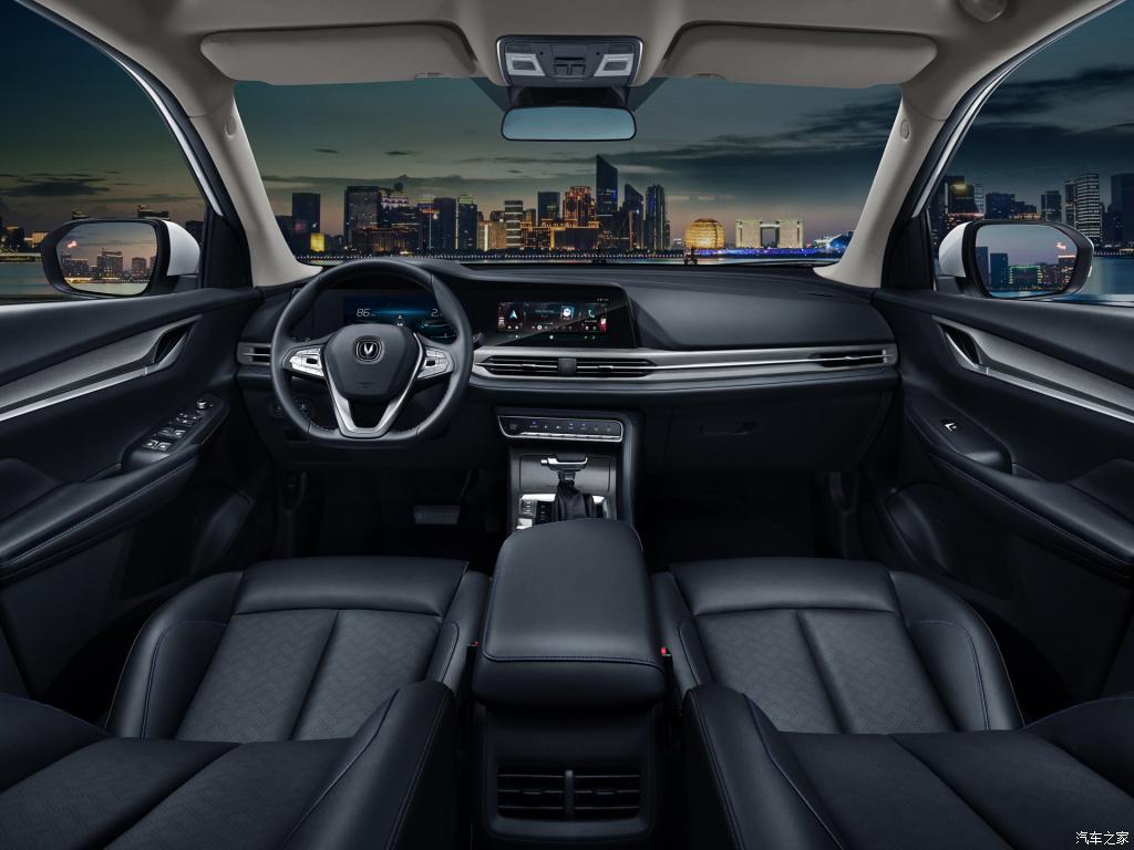 Китайский автомобилестроитель «Чанган» представил рестайлинговый CS55. Бестселлер бренда, по габаритам сравнимый с «Фольксваген Тигуан», преобразился не только снаружи, но и внутри.