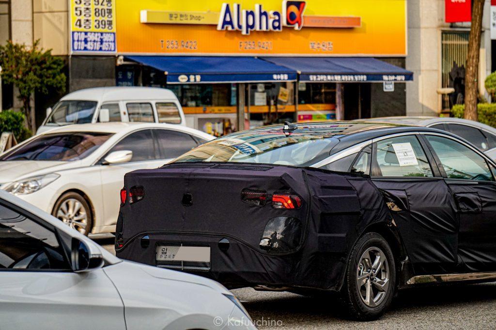 Актуальное поколение Kia Optima представлено в 2015-м, а в прошлом году модель пережила рестайлинг (см. видео). Теперь же пришло время для смены генерации: предсерийные образцы в камуфляжах на днях были замечены на общественных дорогах. Судя по всему, мировая премьера «корейца» пройдет в рамках Франкфуртского автосалона.