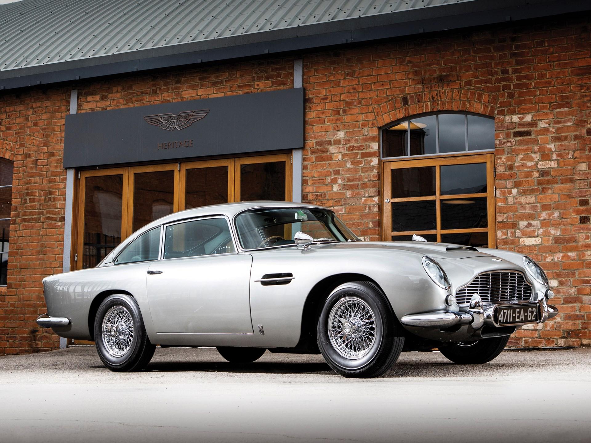 Aston Martin DB5 1965 года, построенный для кинофильма «Шаровая молния», продан в Монтерее на аукционе Sotheby's за астрономическую цену.