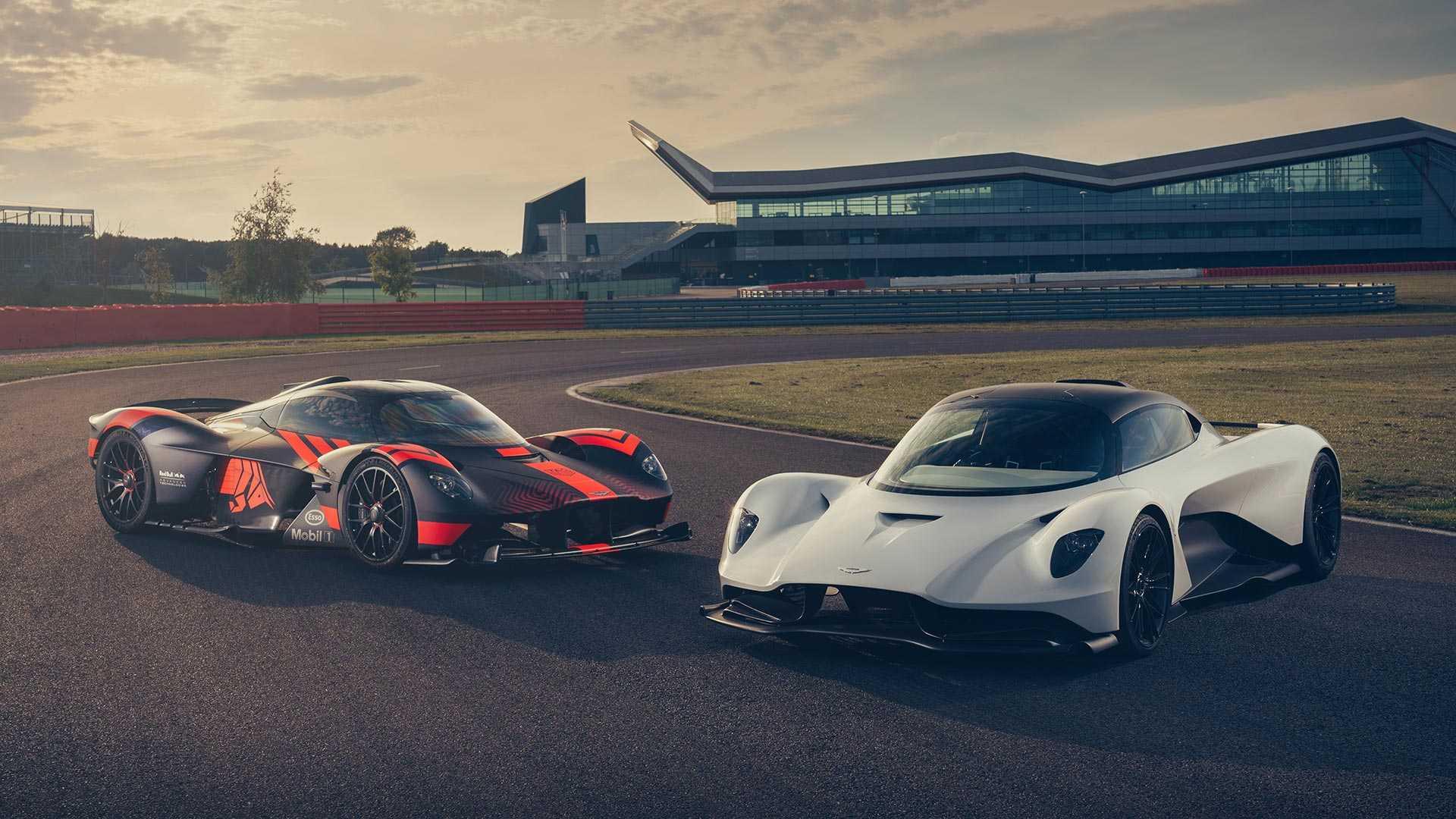 В сети появился видеоролик с первым заездом Aston Martin Valhalla. Суперкар с гибридной установкой проехал пару кругов по треку Сильверстоун.