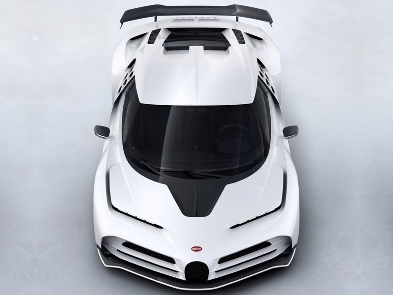 Буквально на днях появились первые снимки Bugatti Centodieci. Теперь гиперкар официально представлен в Калифорнии в ходе Monterey Car Week. Кроме того, появились официальные данные. Как и предполагалось, гиперкар оказался мощнее и динамичнее, чем родственный Сhiron.