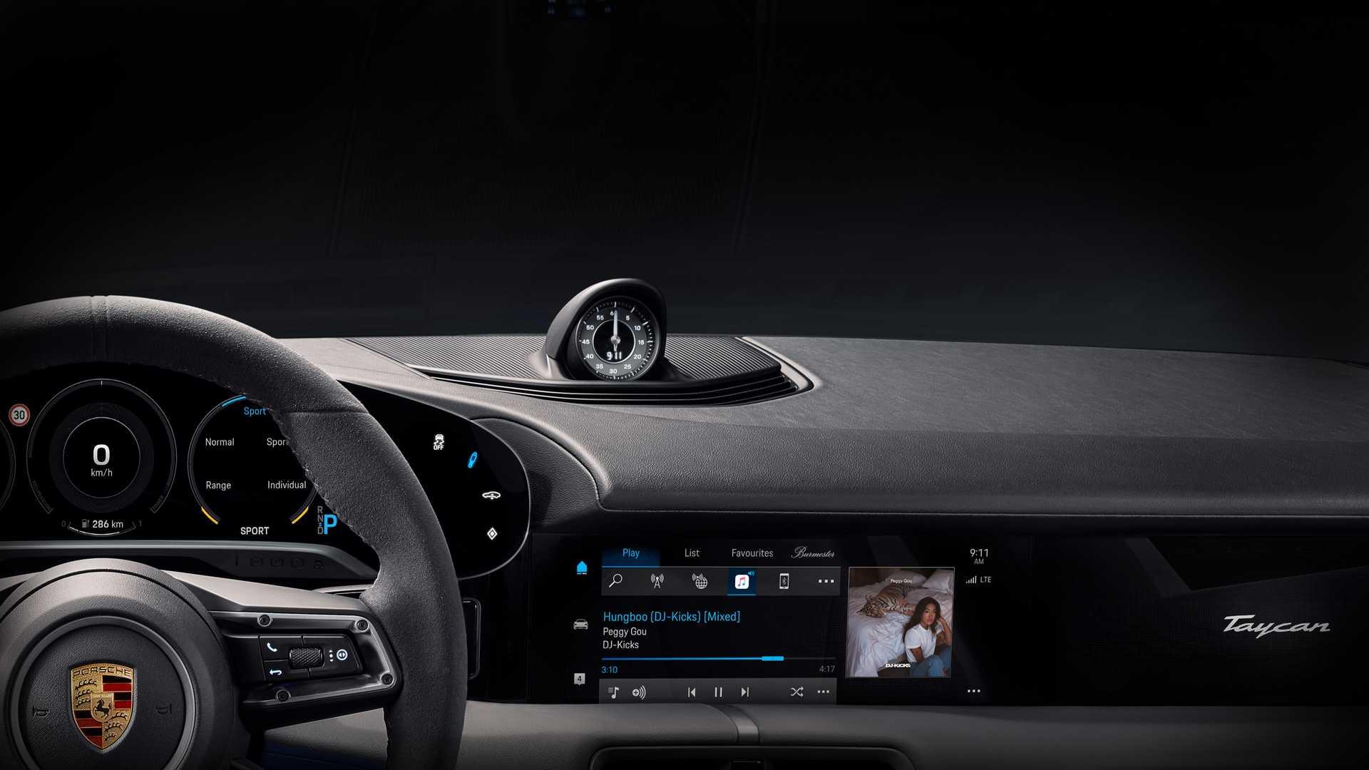 На первом официальном фото представлена часть передней панели будущего электромобиля Porsche Taycan.