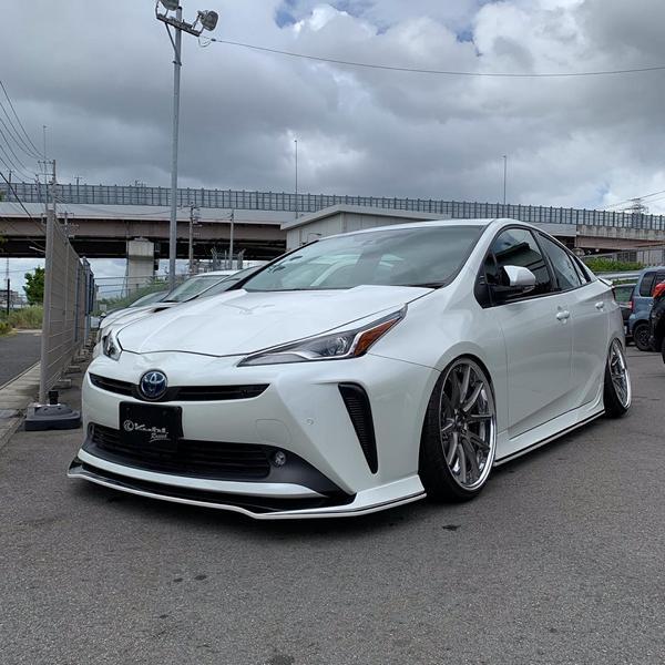 Арсенал японского тюнера Kuhl Racing пополнился аэродинамическим обвесом для подключаемого гибрида Toyota Prius. Кузовной комплект совместим с автомобилями не старше 2017 года выпуска.