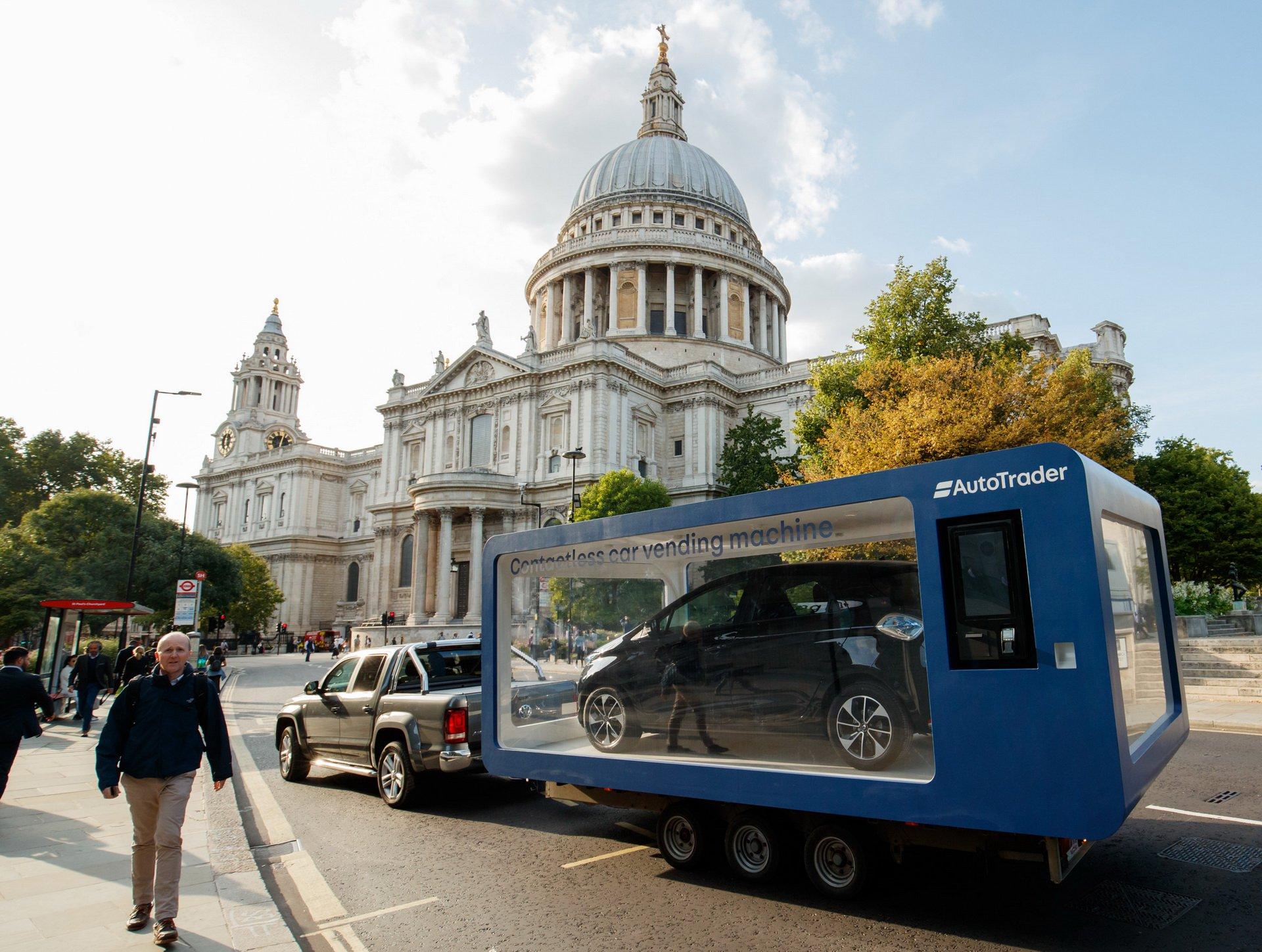 На одной из улиц британского Лондона появился необычный аппарат по продаже машин. Совершить покупку не сложнее чем пробить банку газиро