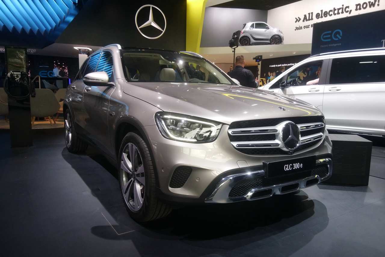 Mercedes-Benz has officially introduced two of its upcoming hybrid crossover SUVs: the GLE 350 de 4Matic и GLC 300 e 4Matic.