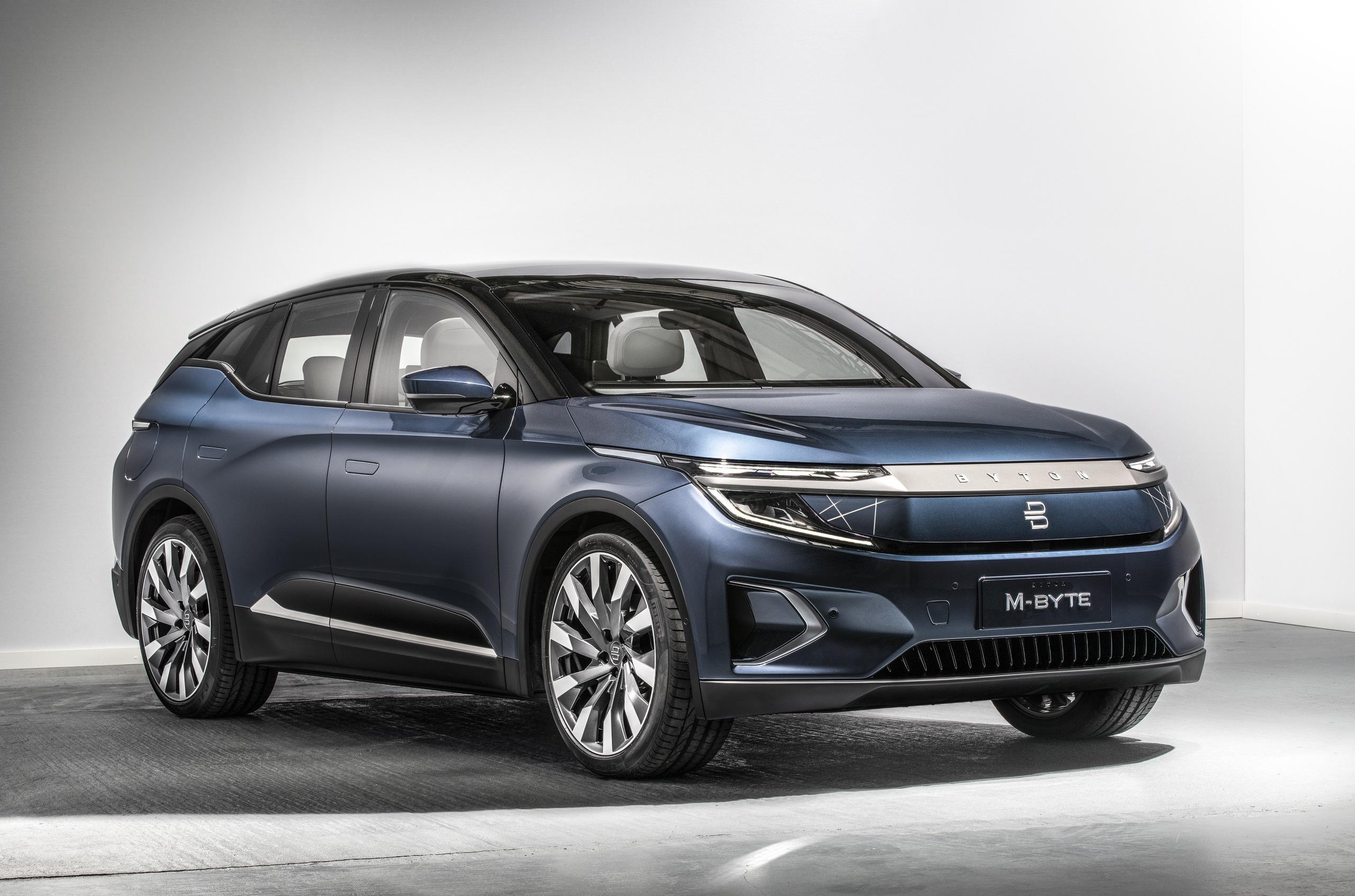 Гонконгский автопроизводитель Byton привез во Франкфурт свою первую модель – электрический M-Byte с изогнутой приборкой гигантского диаметра в 48 дюймов. Стоимость электрокара начинается от €45 000, предварительный заказ откроется в первых месяцах следующего года.