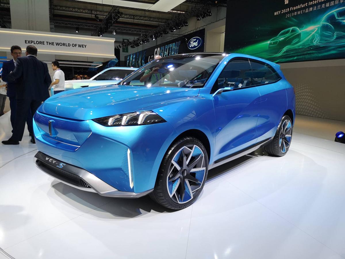 Входящий в состав Great Wall китайский бренд Wey участвует во Франкфуртском мотор-шоу уже во второй раз. В 2017 году европейцам показали концептуальный SUV под названием XEV, а главной премьерой марки в этот раз стал экологически чистый кроссовер с приставкой S.