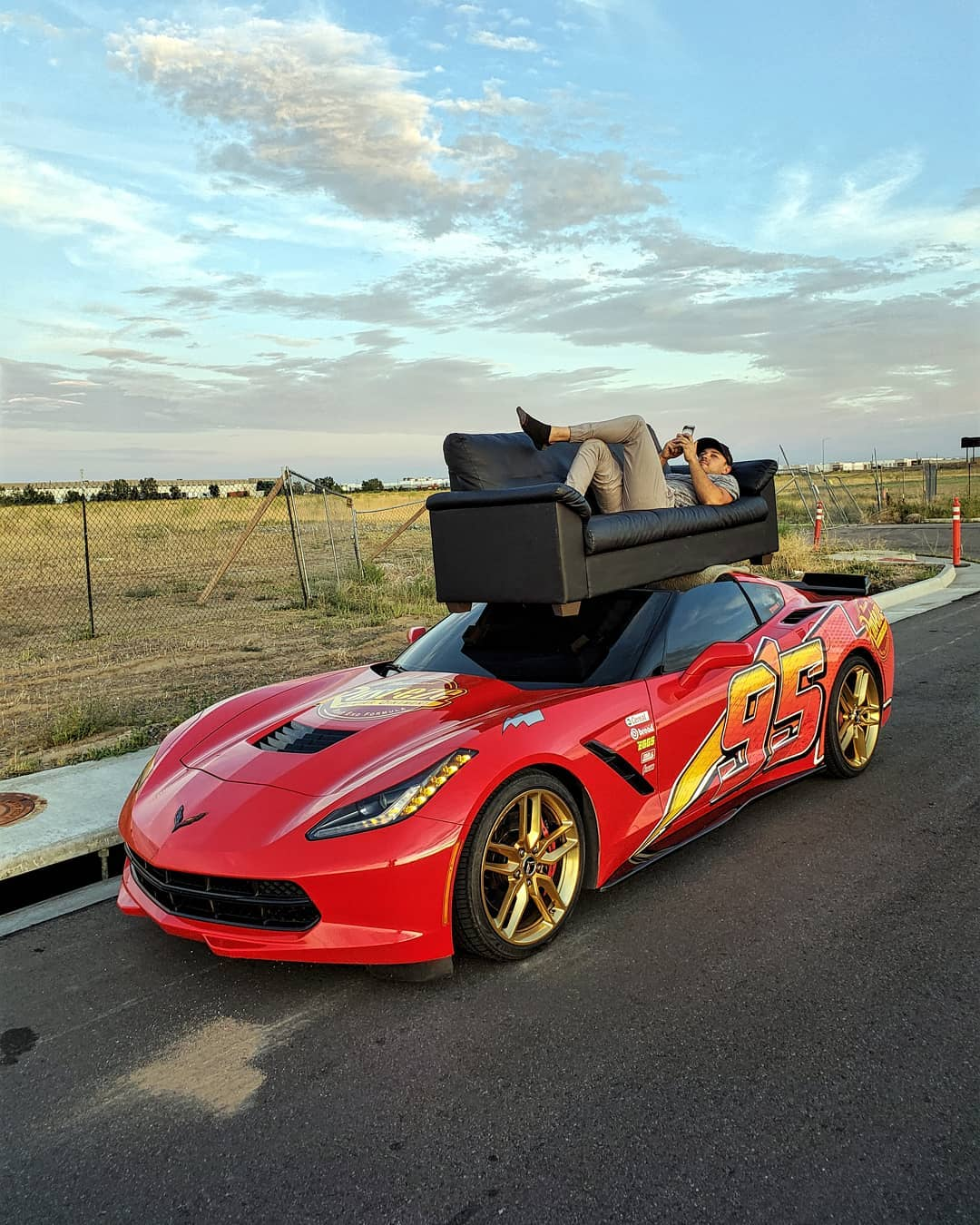 A video is going viral on Reddit featuring a Chevrolet C7 Corvette Stingray carrying a large sofa on its roof without any fastenings in view.