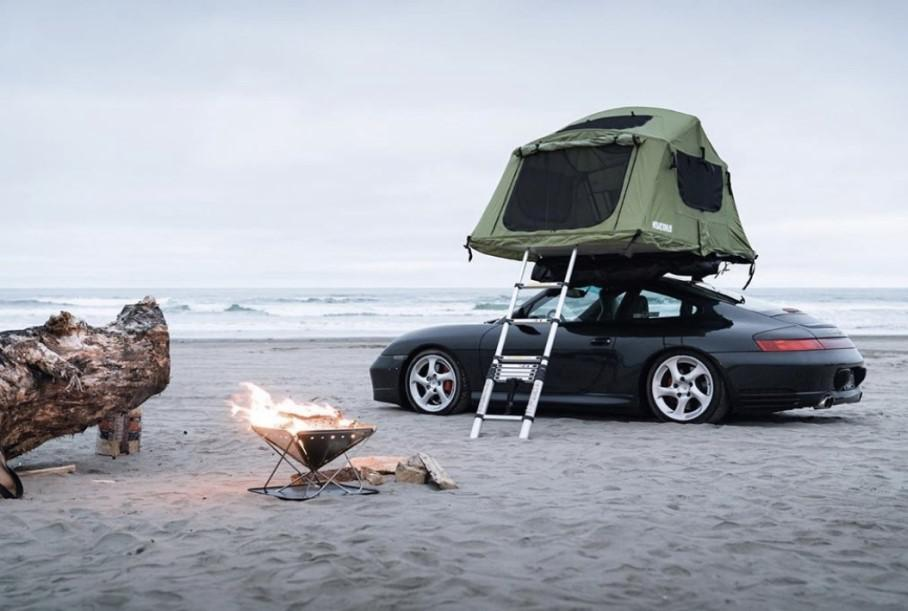 Mr. Brock, from the United States, decided to remodel his Porsche 911 Carerra 4S into a camping-friendly sports car. It has been nearly two months since he, his wife and his dog set off on a journey across the country – and everything seems to be going well.
