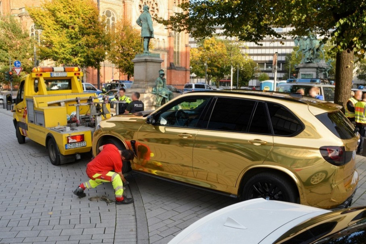 A police patrol in Düsseldorf, Germany has spotted a BMW X5 moving down a street encased in an eye-wateringly shiny gold wrap. The driver was forced to stop and had his car immediately towed away.