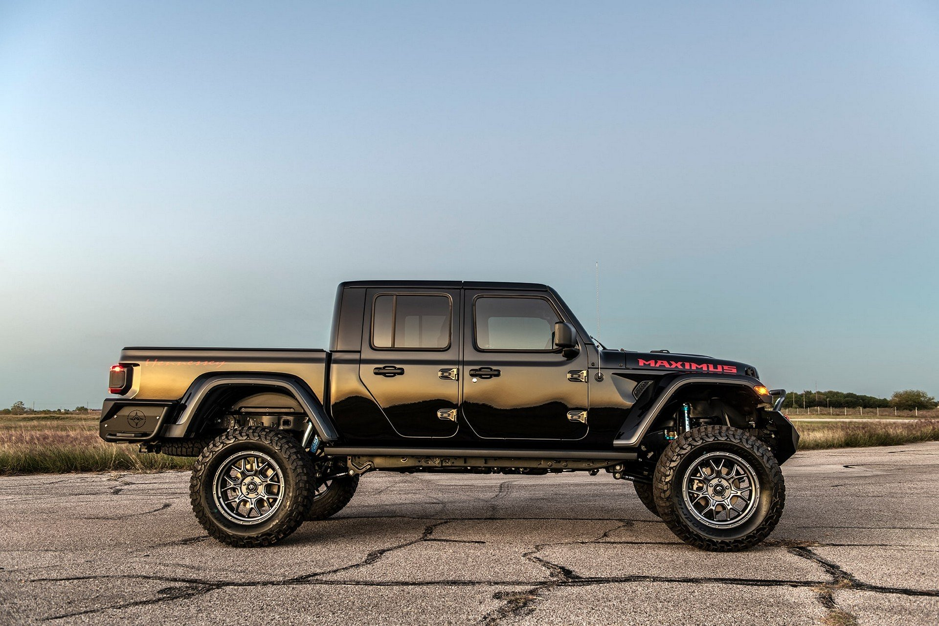 In June this year, Hennessey announced an upcoming series of 24 engine-swapped Jeep Gladiator trucks (Hellcat V8, 1000hp / 745kW). The first one is now complete.
