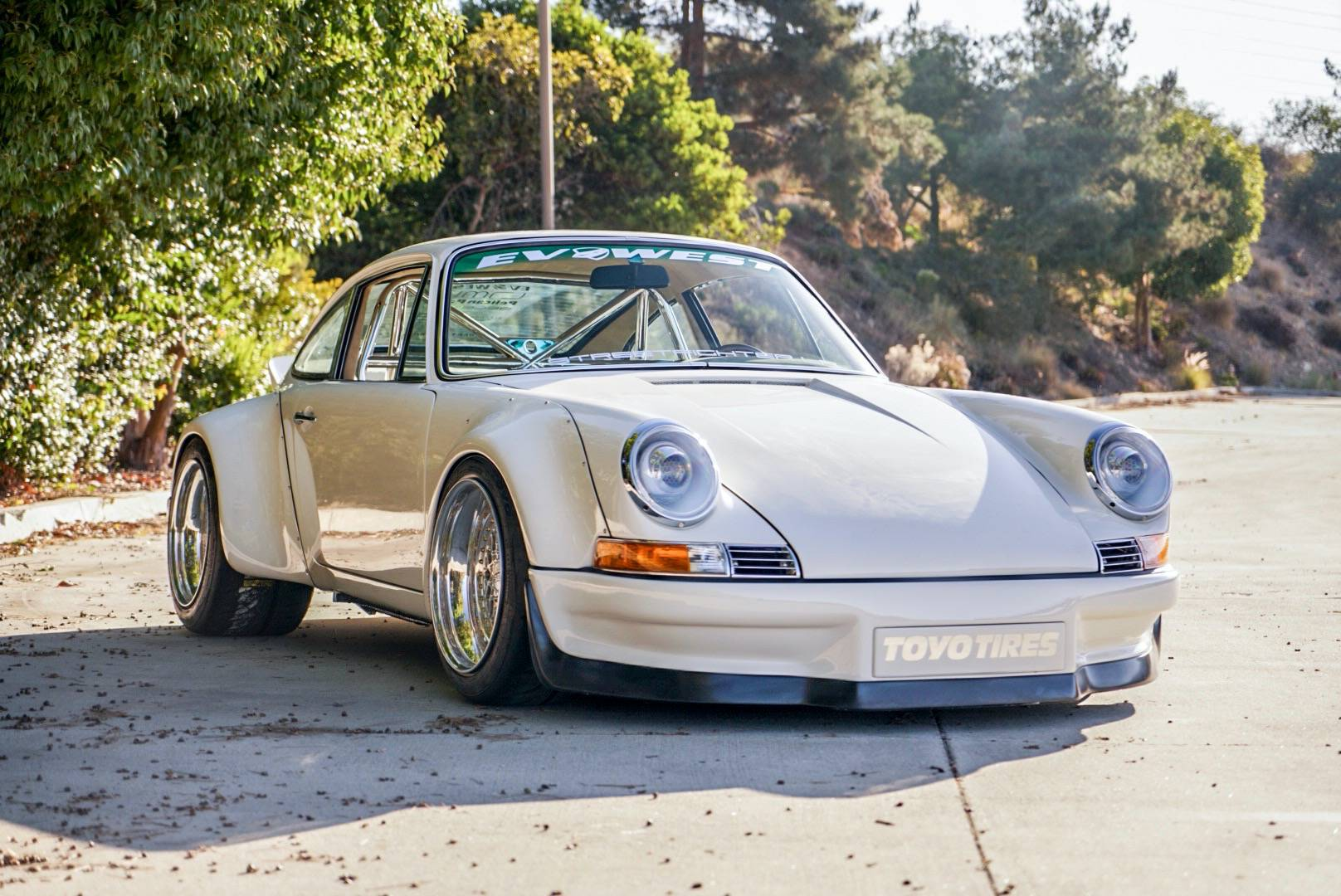 This year's SEMA expo will definitely keep us interested for many days to come. One of today's most remarkable premieres was this 1977 Porsche 911 coupe revived with the Tesla Model S Performance at its base.