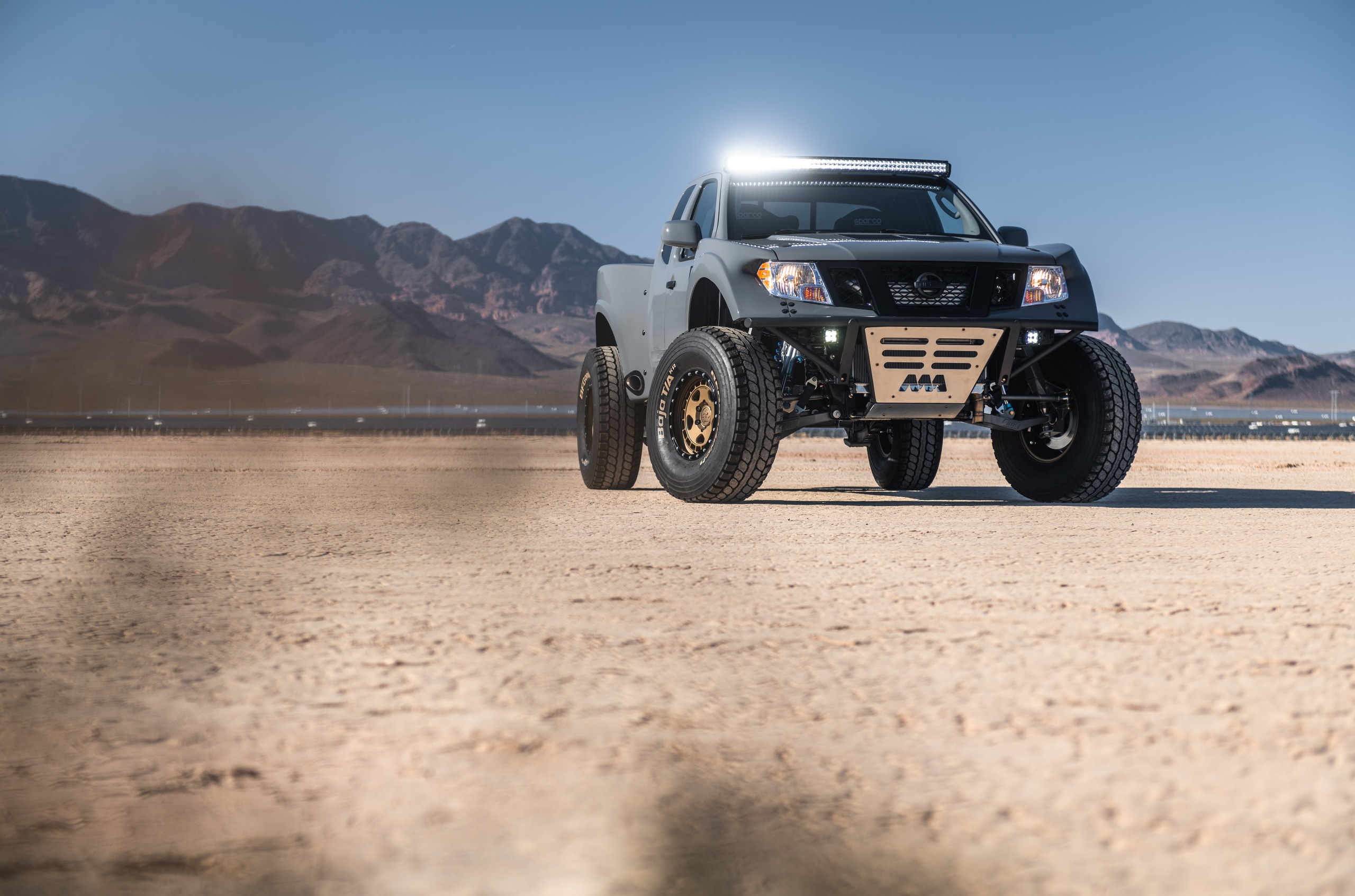 Let us have a look at yet another remarkable SEMA debutant: the Frontier Desert Runner pickup, fitted to dominate the sands.