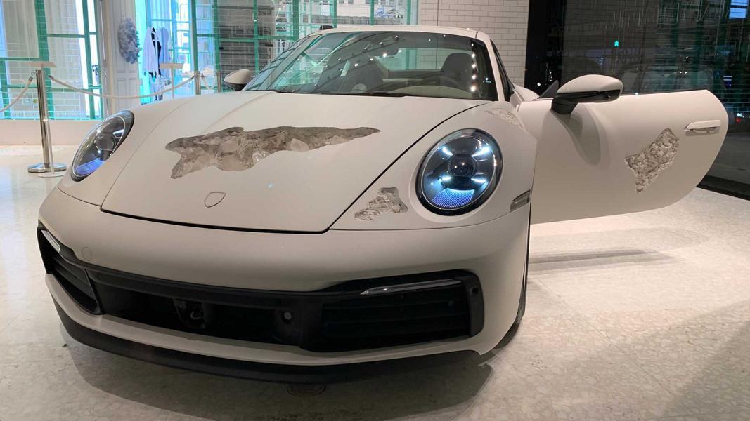 Известный дизайнер и художник Дэниел Аршем завершил работу над арт-каром, базой для которого послужил Porsche 911 (992). Купе смотрится как гипсовое изваяние, в нескольких местах разбитое брошенными в него камнями.