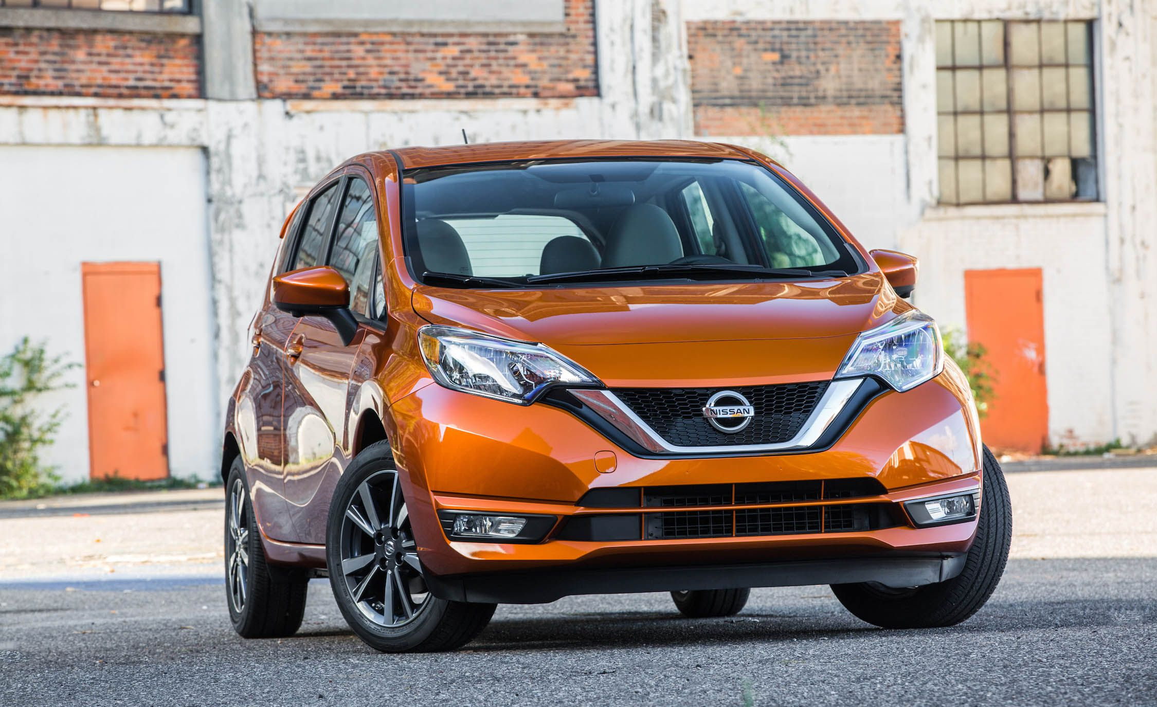 The current generation of the Nissan Note mini-hatchback/MPV came out in 2012 and received its mid-generational refresh in 2016. Two years later, the model ascended the Hall of Fame as a bestseller in Japan, which prompted Nissan to look into launching a new generation.