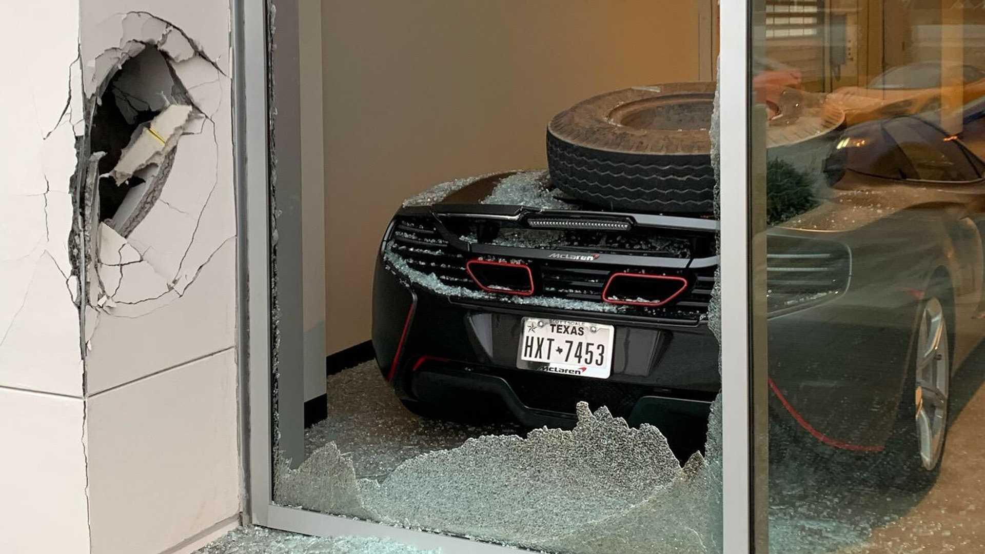 Курьёзные аварии происходят нередко, и от них не застрахован никто. На днях своего «Макларена» лишился бейсболист Тревор Бауэр.