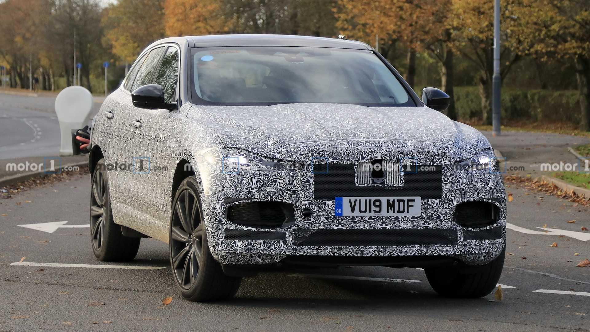 Дебют обновленного Jaguar F-Pace должен состояться в 2020 году, тогда же ожидаются и первые поставки. А пока фотошпионы ловят на тестах закамуфлированный прототип.