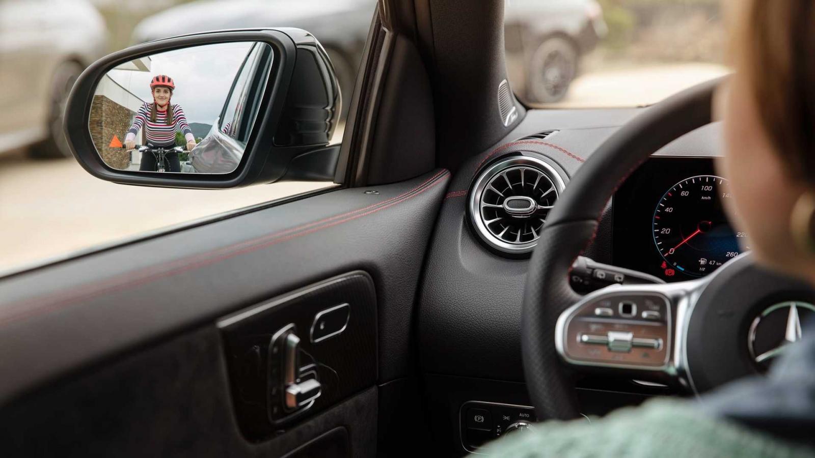 В преддверии дебюта второго поколения Mercedes-Benz GLA в сеть выложили снимок салона, на котором можно рассмотреть цифровую панель приборов и то, как работает мониторинг слепых зон.
