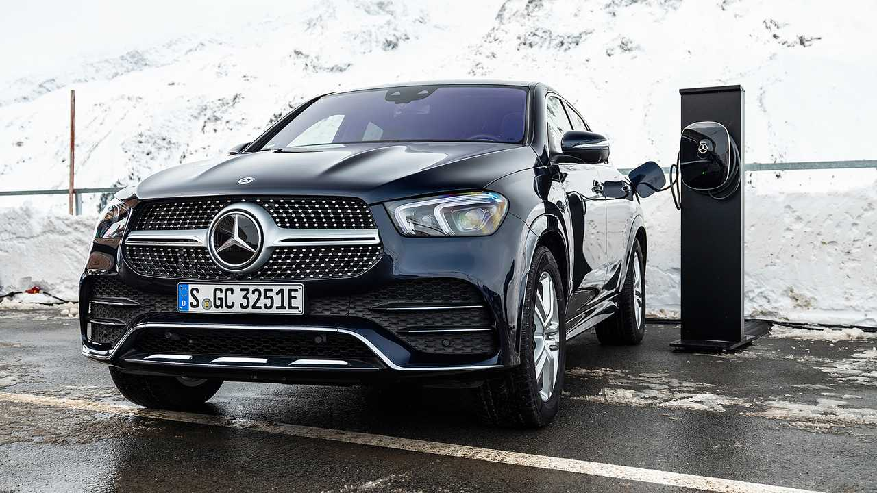 Mercedes-Benz introduced the latest generation of the GLE Coupe several months ago. The regular SUV has gained a diesel/electric hybrid version recently, and its Coupe counterpart followed suit today.