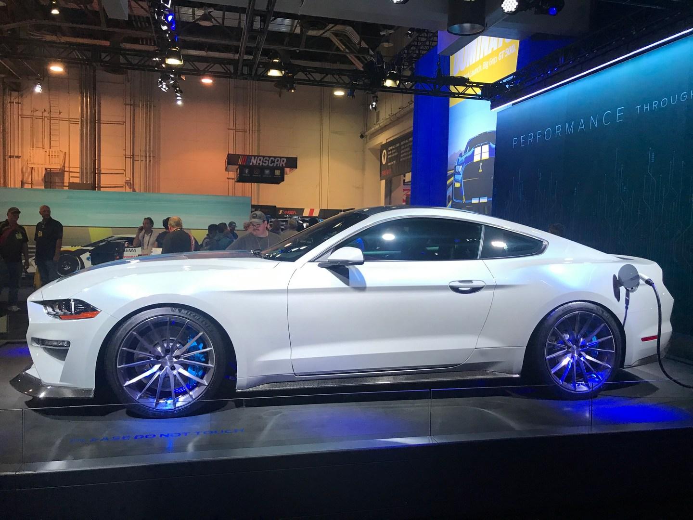 Компания Ford планирует выпустить электрическую версию масл-кара Mustang. Когда именно это произойдёт, пока неясно, а гибридная модификация появится уже у следующего поколения модели.