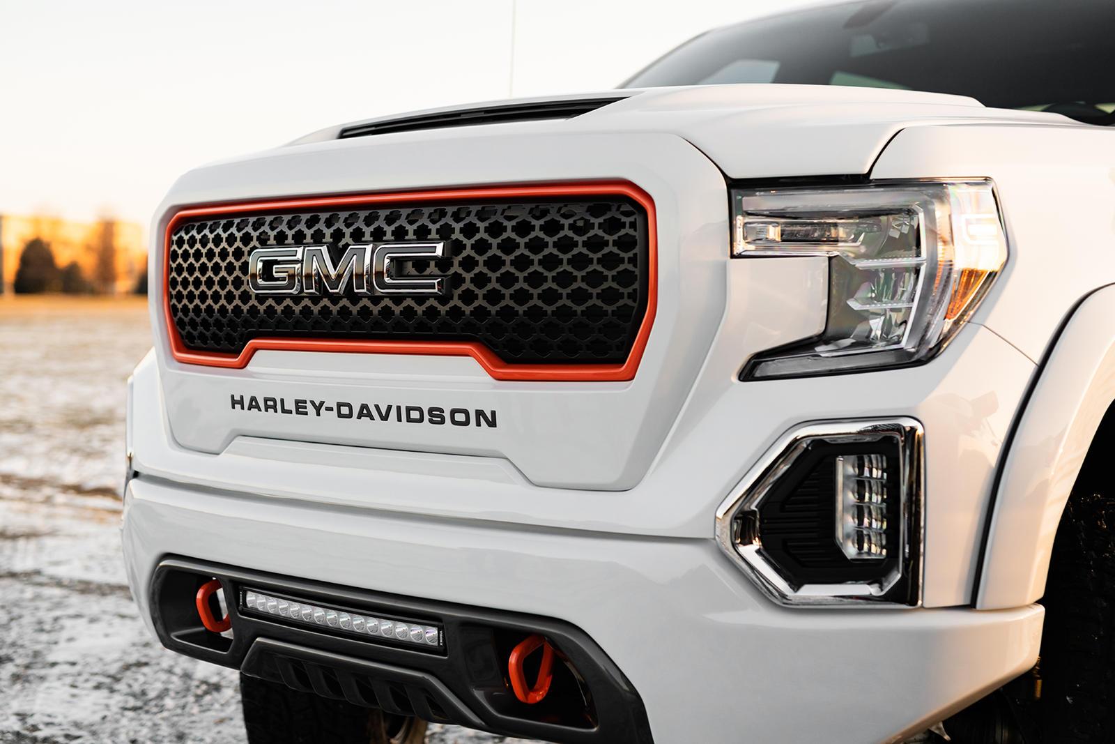 С 2000 года компания Harley-Davidson помогала «Форду» создавать особые версии пикапов F-150. Однако после 20 лет сотрудничества их пути разошлись: теперь производитель мотоциклов взялся за GMC Sierra.